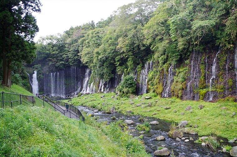 白糸の滝と清流