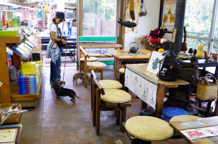 白糸の滝の滝元屋さんのお休み所。軽食やお茶がいただけます。