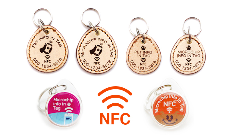 NFC搭載迷子札PawBellの裏面のデザイン。スマホで迷子札をかざすことアナウンス。